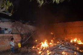 Sorriso: (FOTOS)Casa pega fogo no beco São Bento e queima por completo