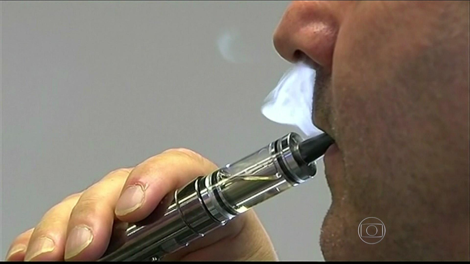 Os pulmões de fumaças do fumante que lançou quando são restaurados