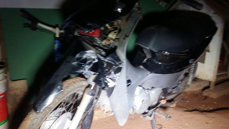 Garoto de 12 anos morre ao bater moto em caminhão